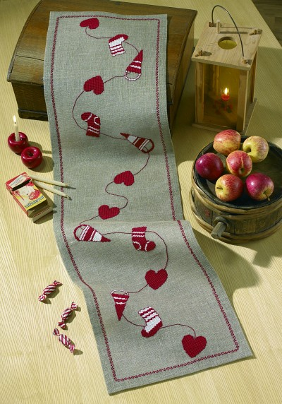 Juleløber i hessian med hjerter og pynt