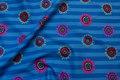 Blå patchwork-bomuld med striber og blomster.