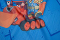 Mørklægningsstof til gardiner i børneværelset. Figurerne er ca. 30 cm store. Mønsterrapport er ca. 65 cm  Stoffet har en sort kerne, som holder næsten alt lys ude. Bruges til foldegardiner eller alm. trække-for gardiner. Stoffer er ret blødt og levende og ikke stift som f.eks. stof til klassiske rullegardiner.  Mørklægning forbedrer børn og voksnes søvn betydeligt. Vi har det også i sort og hvid og andre børnemønstre.