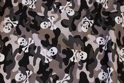 Let bomuld i grå camouflagefarver med dødningehoveder