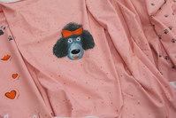 Lyserød panel med hund og minihjerter