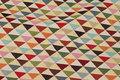 Beige møbeljacquard med multifarvede trekanter.