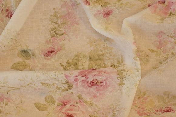 Florlet, let transparent råhvid voile med romantiske roser