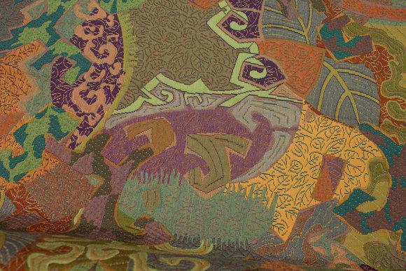 Møbeljacquard i flotte grønne, gyldne og lilla farver