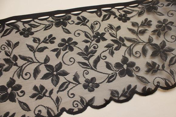 Sort café-gardin med blostermønster, 35 cm højt