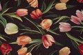 Sort møbeljacquard med røde og rosa tulipaner.