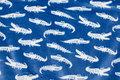 Superblød micro-fleece i blå med hvide krokodiller.