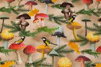 Beige bomuldsjersey med svampe, fugle og grangrene.