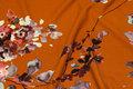 Fyldig Scuba-jersey i kanelfarvet med blomster.