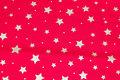 Rød julebomuld med ca. 1-2 cm guldstjerner.