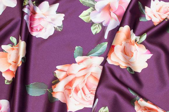 Rødlilla, let stræksatin med store rosa og ferskenfarvede roser