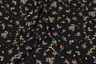 Sort kjole-micro med små blomster og diskret guld