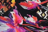 Sort viscosejersey med store blomster og grafiske mønstre