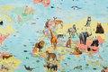 Lys turkis bomuldsjersey med verdenskort med dyr.