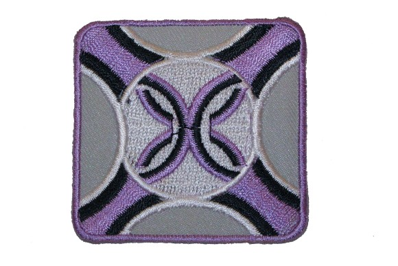 Kvadratisk lilla-grå strygemærke 5,5 x 5,5 cm