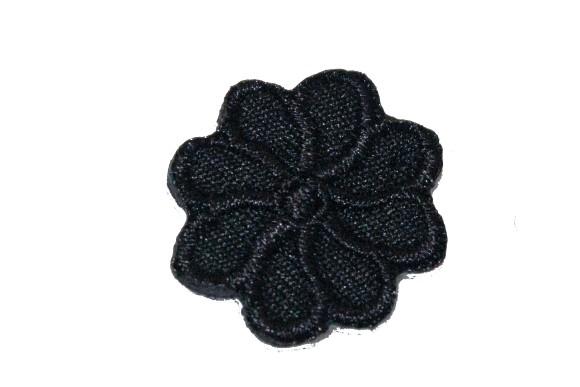 Lille sort blomst strygemærke ø 2 cm