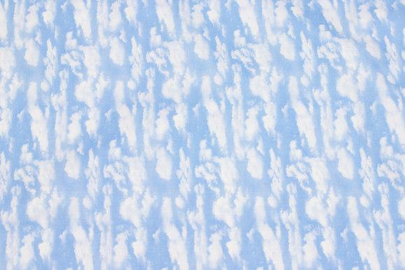 Lyseblå patchwork-bomuld med skyer