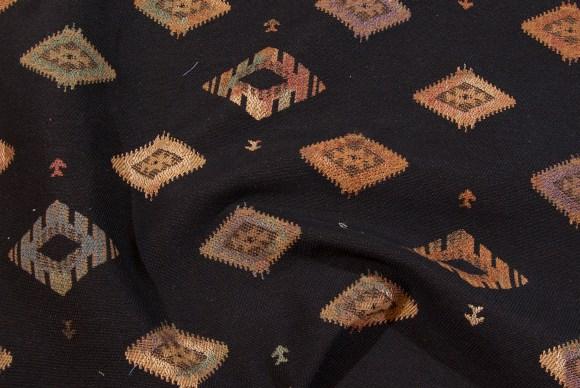 Sort og rustfarvet Kelim mønster i møbelkvalitet