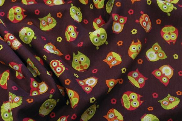 Brun bomuld med søde grøn-røde-orange ugler