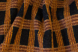 Fyldig frakke og jakke bouclé i sort og kanelfarvet tern