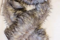 Imiteret pelsstykke i grå ulvefarve ca. 20 x 150 cm