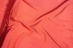 Stræk-satin i rød og off-white med meget smalle striber på langs