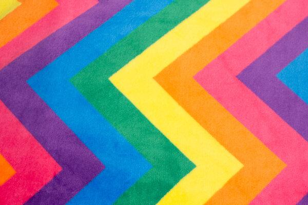 Superblød microfleece med stort zig zag mønster i regnbuefarver